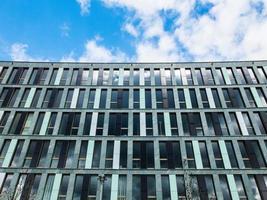 finansbyggnad med blå himmel foto