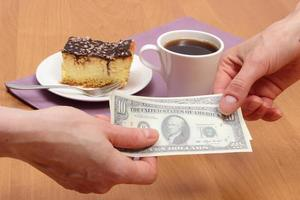 betala för ostkaka och kaffe i caféet, finans koncept
