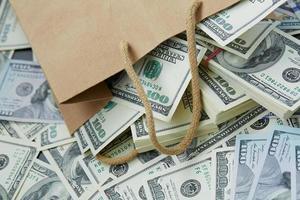 mycket pengar ur en papperspåse foto