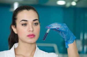 läkare som diagnostiserar ett blodprov foto