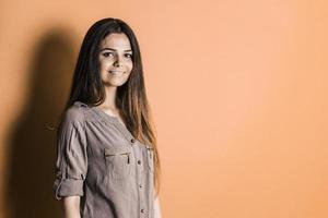 vacker ung flicka i studion foto