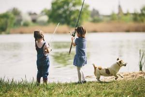 två små flickor som fiskar foto