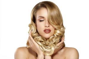 vacker ung blond modell lockigt hår poserar foto