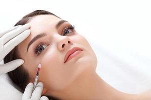 vacker kvinna får injektioner. kosmetologi. skönhet ansikte foto