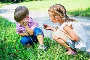 liten flicka ber om ursäkt för kränkta pojke foto