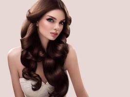 hår. porträtt av vacker kvinnas långa vågiga hår. hög kvalitet foto