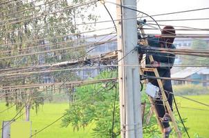 elektriker som arbetar i Thailand foto