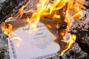 brinnande anställd på månadscertifikatet foto