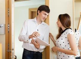 kvinna frågeformulär för manlig socialarbetare eller anställd foto