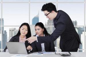manlig tränare som förklarar ett jobb på kontoret