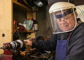 hantverkare i ett verkstad som vänder trä. foto