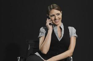 ung affärskvinna i mobiltelefon leende foto