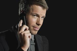 framgångsrik affärsman med mobiltelefon foto