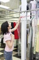 tvättmedarbetare arbetar foto