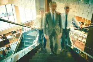 anställda går på övervåningen foto