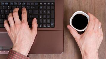 kaffe med bärbar dator foto
