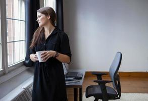 affärskvinna på sitt kontor foto