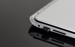 USB flash-enhet ansluten till bärbar dator. foto