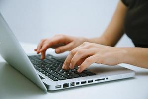 kvinna som arbetar på bärbar dator foto