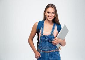 kvinnlig student som håller laptop och tittar på kameran foto