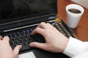 skriva laptop kaffe foto