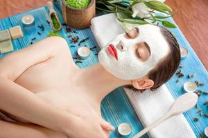 kvinna med spa-mask foto