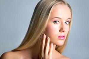 vacker ung kvinna med ett långt hår foto