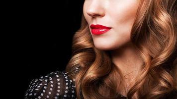 vacker brunett med långt hår foto