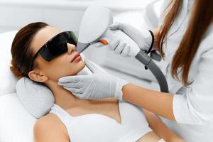 ansiktsvård. ansikts laser hårborttagning. epilering. slät hud. foto
