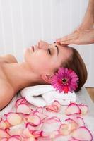 kvinna får spa-behandling foto