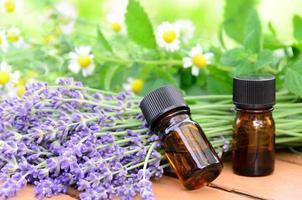 aromaterapibehandling med örtblommor foto