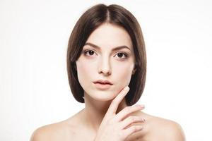 vacker kvinna porträtt ansikte närbild studio på vitt foto
