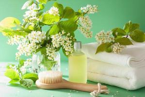 spa aromaterapi med fågelkörsbärsblommor eterisk oljeborste till foto