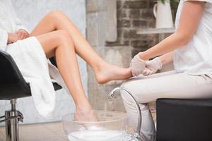 kvinna som får en pedikyr från kosmetolog foto