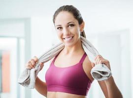 vacker flicka avkopplande på gymmet foto