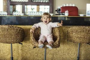 vackert barn i cafébaren gör ordningen foto