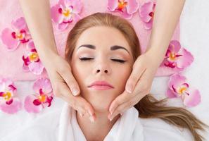 ung kvinna som får massage foto
