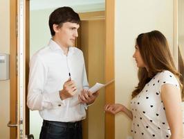 kvinna frågeformulär för manlig socialarbetare foto