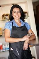 kvinna som arbetar i frisörsalong foto