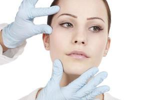 attraktiv kvinna får skönhetsbehandling foto