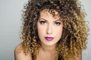 vacker ung kvinna med perfekt hud närbild foto