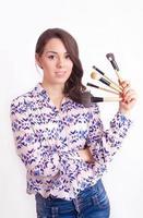 flicka makeupartist med borstar foto