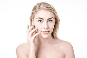 vacker kvinna med perfekt hud och ansikte foto