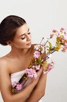 vacker kvinna med blommor