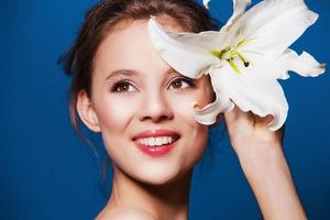skönhet porträtt av attraktiv, frisk kvinna med lilja blomman foto