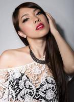 ung vacker asiatisk kvinna med felfri hud och perfekt smink foto