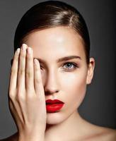 vacker ung kvinna modell med ljus makeup perfekt ren hud foto