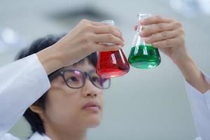 forskare som arbetar med kemikalier foto