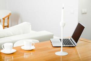 arbetsplats med laptop och koppar kaffe foto