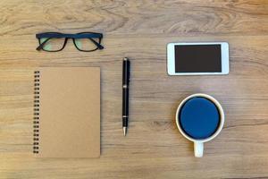 kopp kaffe med anteckningsboken